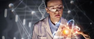 Forscherin berührt ein leuchtendes Atomgebilde