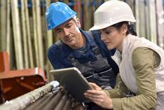 Metallarbeiter bei der Arbeit nutzen Tablet-PC