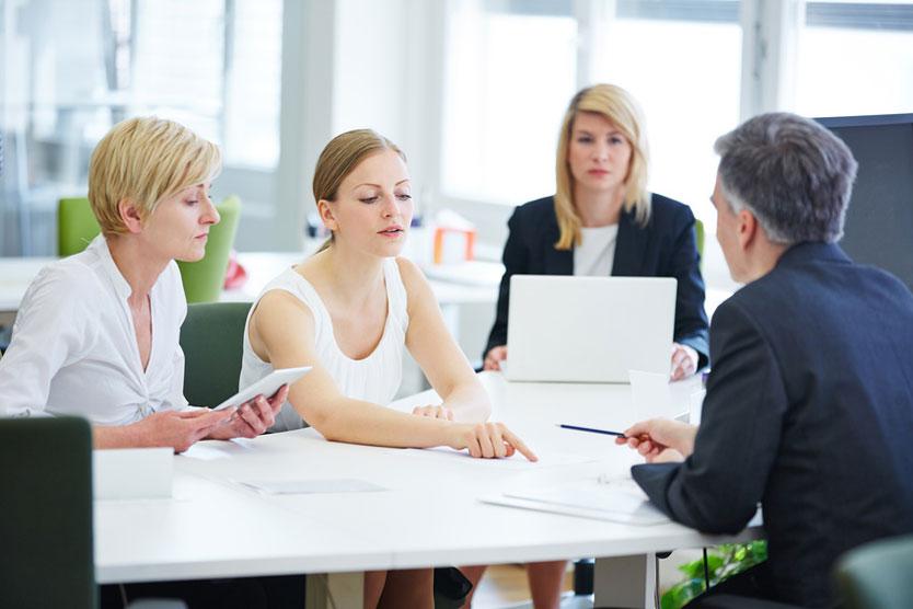 Verhandlung am Tisch im Büro, Quelle: Fotolia.com/Robert Kneschke